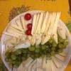 Aperitivo con formaggi frutta e verdura