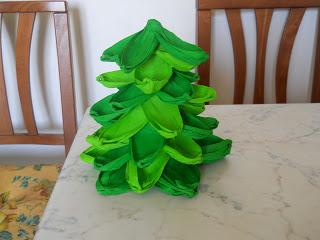 Albero di natale di carta crespa bricolage ricette for Alberi di natale di carta