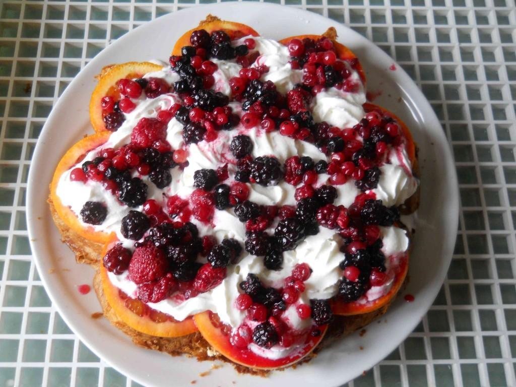 torta alla panna e frutti di bosco