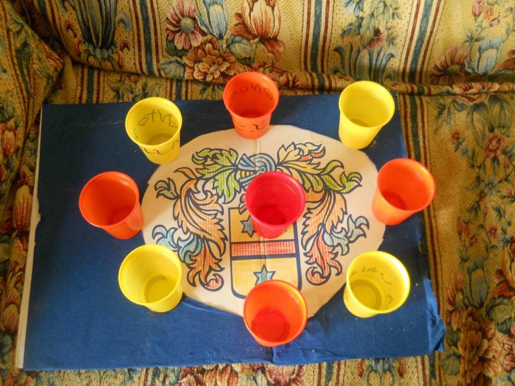 gioco con cartoncino e bicchieri di plastica