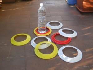 gioco con piatti di plastica