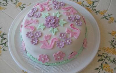 torta con fiori e coniglietti