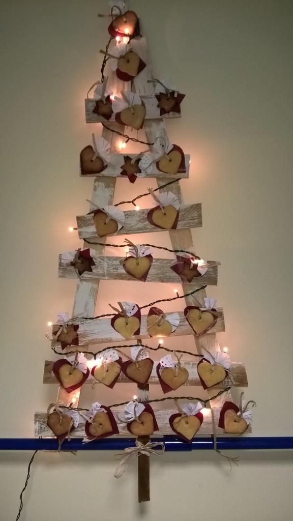 albero di natale con legno e biscotti