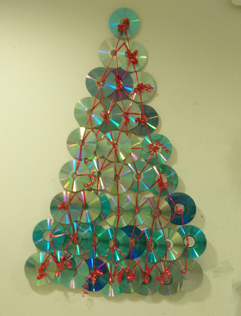 Albero di Natale costruito con CD.